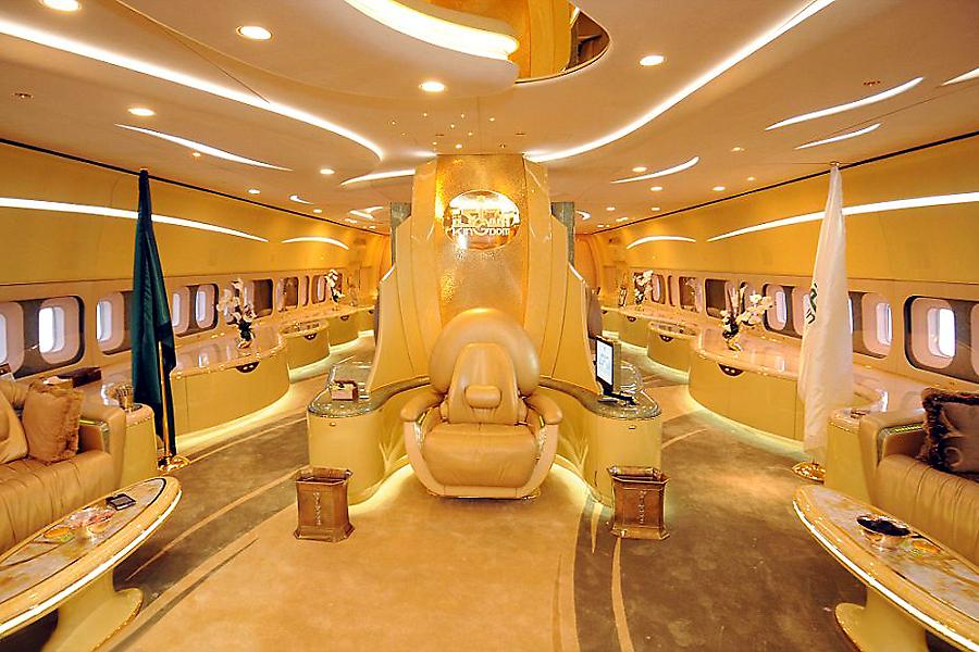 низкой самолет короля саудовской аравии фото окнах уже